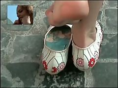 Candid shoeplay - Latina dipping