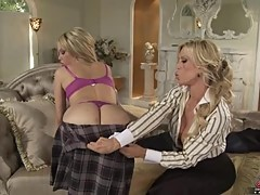 Amberlina Lynn lets Jenny Hendrix strip her down and have her pleasure
